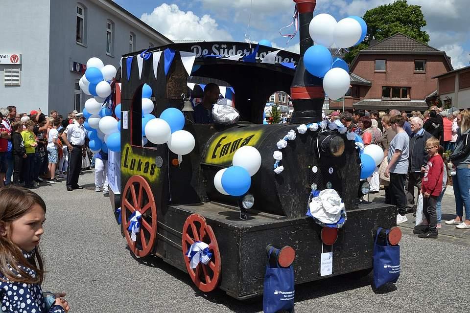 Mit blauweißen Luftballons geschmückt: De Süderholmer.