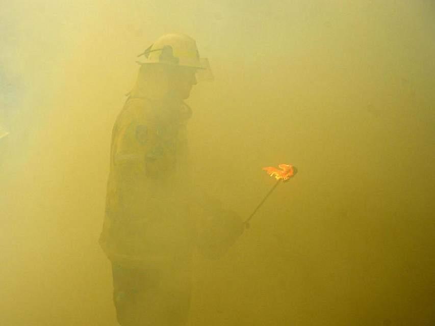Um den Buschbränden im Osten Australiens Herr zu werden, legen Feuerwehrmänner Gegenfeuer. Rund 1600 Feuerwehrleute sind bei großer Hitze und starken Winden im Einsatz. Foto: Jeremy Piper/AAP/dpa