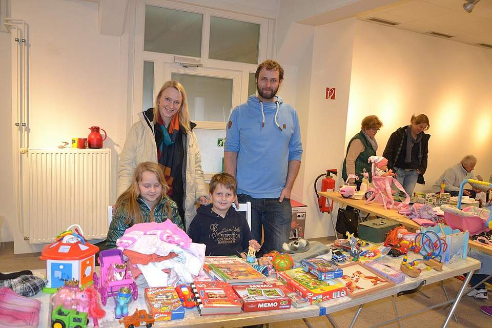 Flohmarkt der Grundschule: Agnes und Marco Henseler mit ihren Kindern Melissa und Julian an ihrem Verkaufsstand.