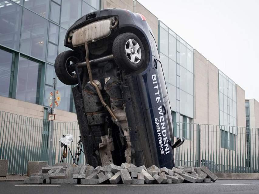 Ein von Greenpeace-Aktivisten aufgestelltes Fahrzeug versperrt die Zufahrt zum Bundeskanzleramt. Hier findet ein Spitzengespräch zu Verkehr und Klimaschutz statt. Foto: Kay Nietfeld