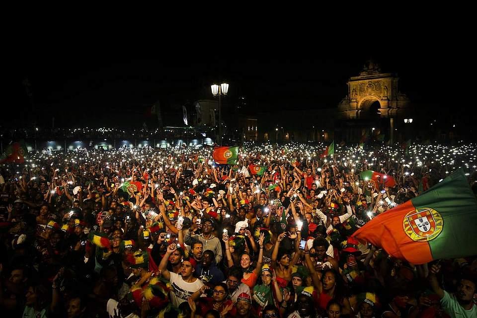 Die Portugiesen feiern ihre Mannnschaft. Foto: Cruz