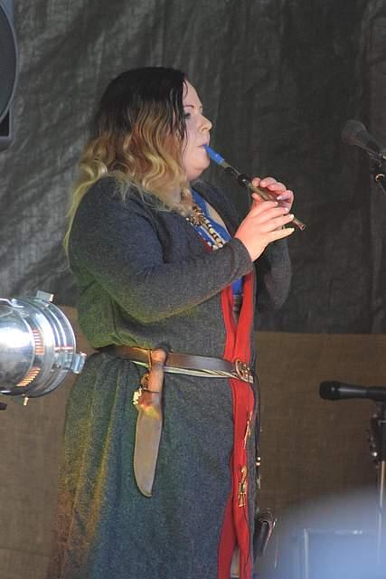 Knoepfchen Wolfenschrey von Waldtraene spielt Flöte. Foto: Büsing