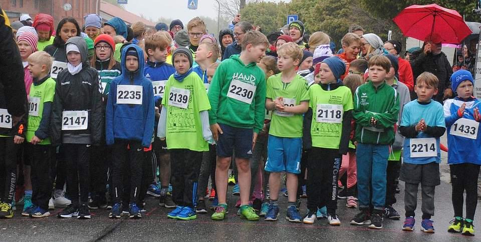 Gleich geht es los: Die Kinder am Start für die 2,6 Kilometer lange Strecke.
