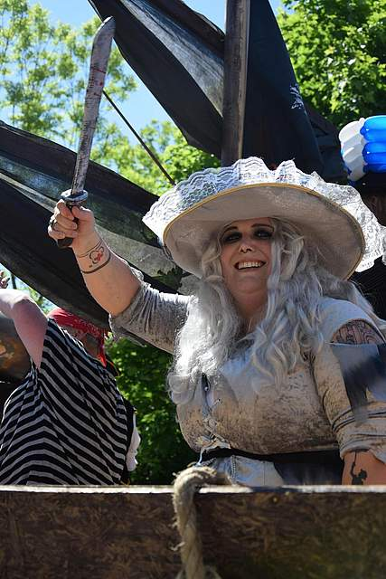 Gut gelaunt und mit blutverschmiertem Schwert: Eine Piratin von den Zumba Queens. Foto: Büsing