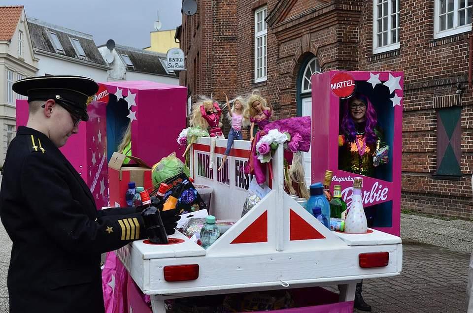 Barbie stand im Mittelpunkt dieses Wagens.