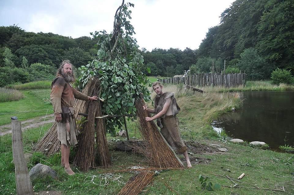 Werner Pfeifer (links) und Jake Newport bauen eine steinzeitliche Räucheranlage.