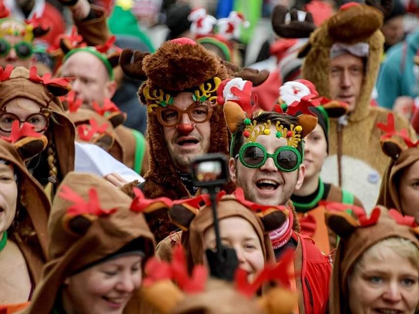 Bereits zum neunten Mal sind die Teilnehmer des X-Mass Run St. Pauli in zum Teil selbstgemachten Kostümen für einen guten Zweck rund um das Millerntorstadion gelaufen. Foto: Axel Heimken/dpa