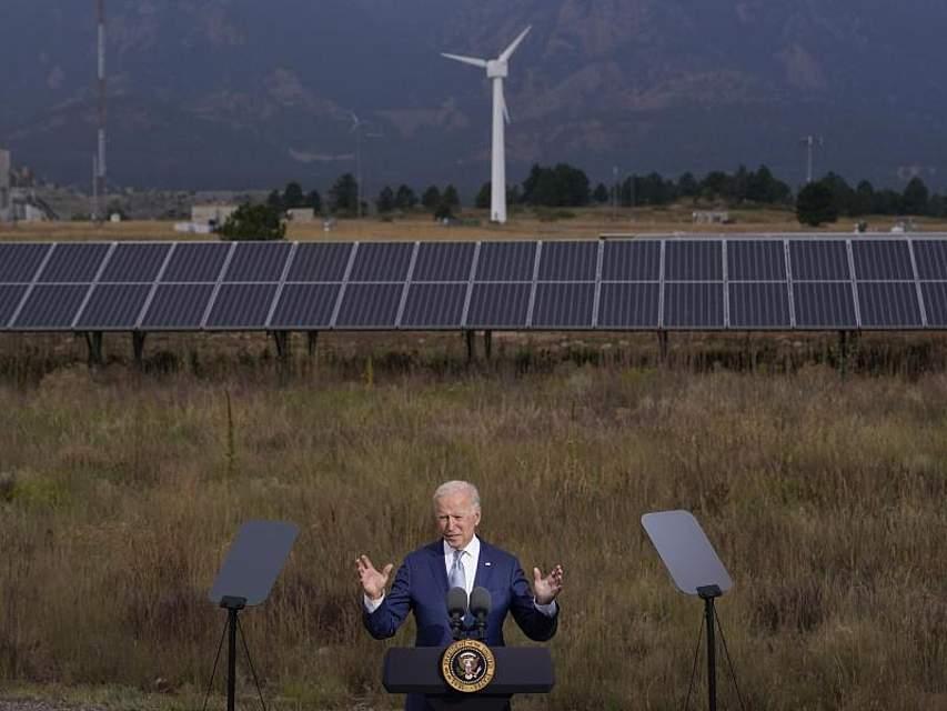 Joe Biden ist im Bundesstaat Colorado in Sachen Energiewende unterwegs. Der US-Präsident unterstützt Billionen-Investitionen in den Ausbau der Infrastruktur der USA, um das Landbesser für den Klimawandel zu wappnen. Foto: Evan Vucci/AP/dpa