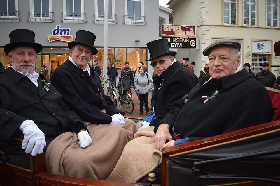 Beim Festumzug in der Ehrenkutsche (von links): Günter Möller, Georg Scheel, Walter Schulz und Edgar Huhn. Foto: Seehausen