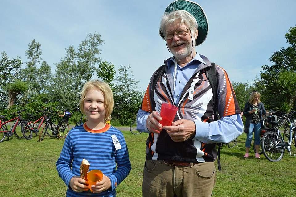 Siegfried Bienas und Enkel Rune machen eine erste Pause.