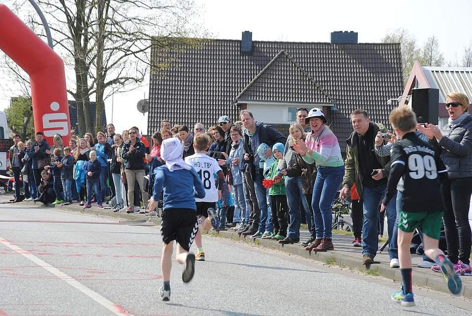 Das Publikum feuert die Läufer kräftig an.