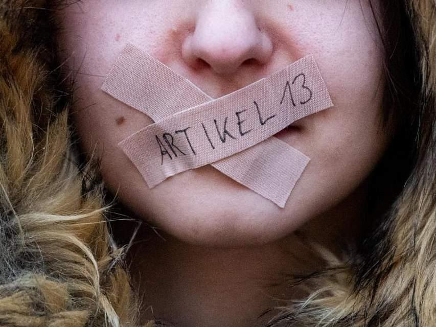 Bei einer Demo gegen die EU-Urheberrechtsreform hat sich eine Teilnehmerin den Mund mit Pflastern zugeklebt. Das Europaparlament hat der umstrittenen Reform des Urheberrechts ohne Änderungen zugestimmt.Foto: Daniel Reinhardt