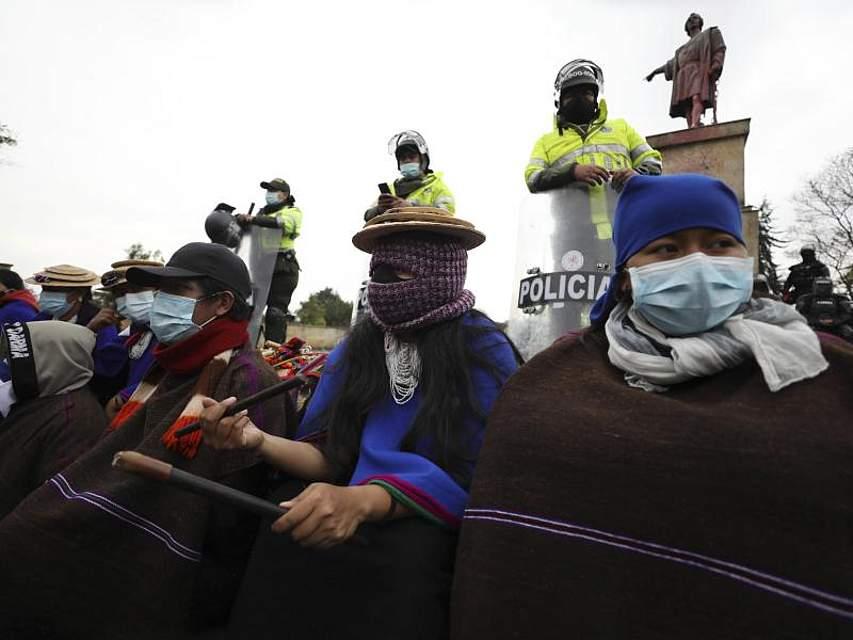 Mitglieder der indigenen Volksgruppe der Misak nehmen in Kolumbien an einem regierungskritischen Protest teil. Foto: Fernando Vergara/AP/dpa