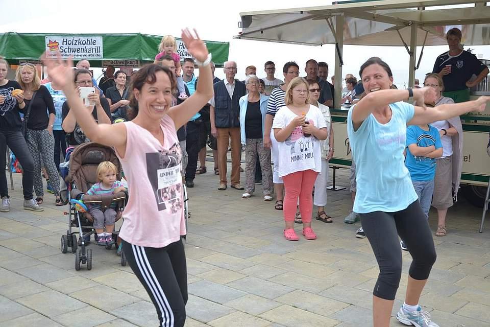 Sumba: Gäste aus Frankfurt tanzen mit.