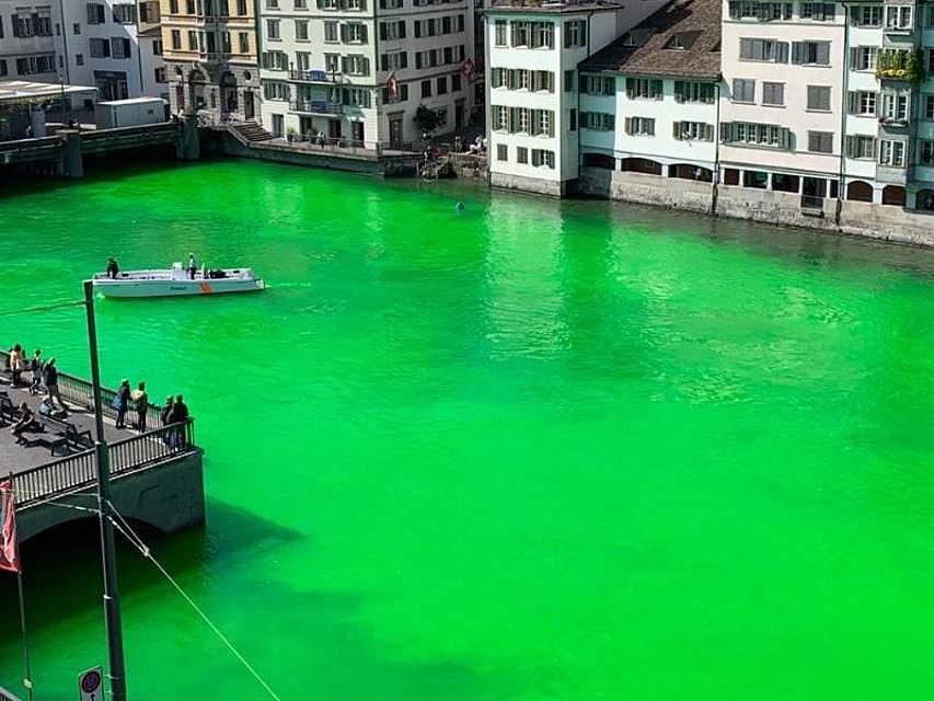 Grün ja, aber doch nicht so: Klimaaktivisten ließen sich am Dienstag in der durch Zürich fließenden und urplötzlich giftgrünen Limmat treiben. Nach etwa einer halben Stunde war der Farbeffekt wieder verschwunden. Foto: Stadtpolizei Zürich