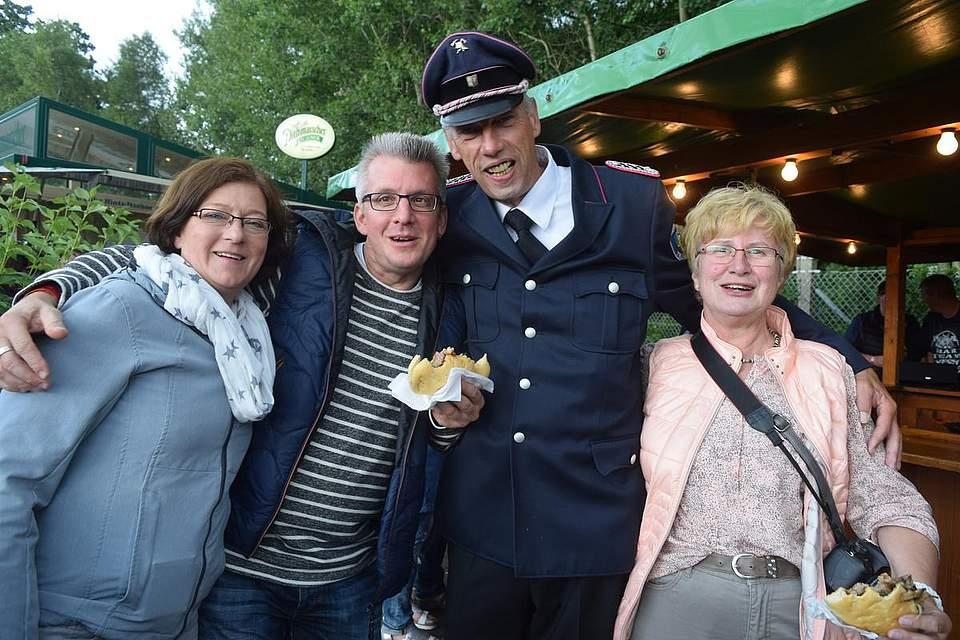 Zufriedene Besucher vor der Markthalle. Foto: Büsing