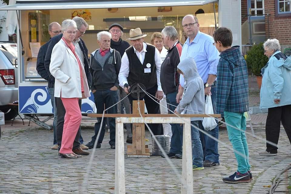 Meldorfer Kohlvergnügen: Ein Seil wird gedreht.