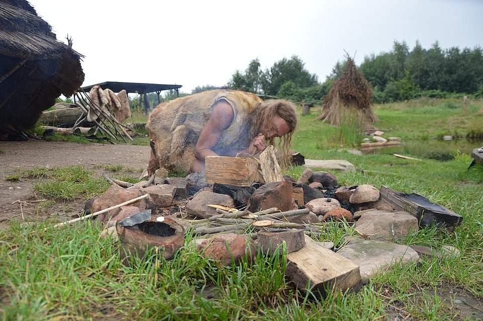 Chris Pallasch entfacht ein Feuer.