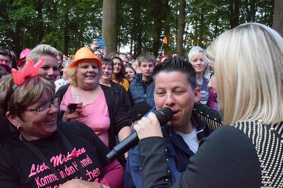 Wiedersehen zweier Schlagerfreunde: Kerstin Ott aus Heide besucht beim Pfingstvolksfest 2018 das Konzert von Beatrice Egli. Foto: Büsing