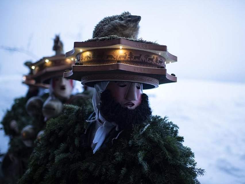 Als «Silvesterchläuse» verkleidete Männer sind in der Schweiz unterwegs, um ihre Neujahrsgrüße nach dem julianischen Kalender zu überbringen. Foto: Gian Ehrenzeller