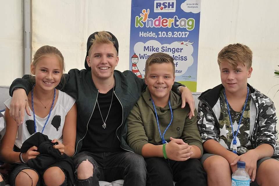 Rapper Kayef mit seinen Fans (von links) Jule Hartmann (12), Calvyn Klingberg (12) und Noah Powlowski (12). Foto: Voß