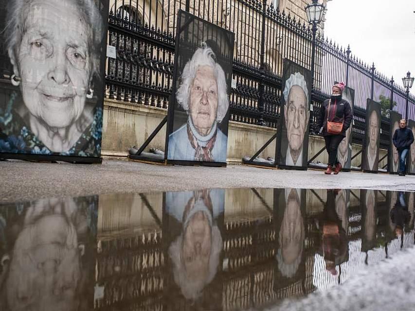 Großformatige Bilder von Holocaust-Überlebenden sind an einer Straße in Wien zu sehen. Die Fotos des deutsch-italienischen Fotografen Luigi Toscano sind noch bis zum 31. Mai ausgestellt. Foto: Gao Chen/XinHua