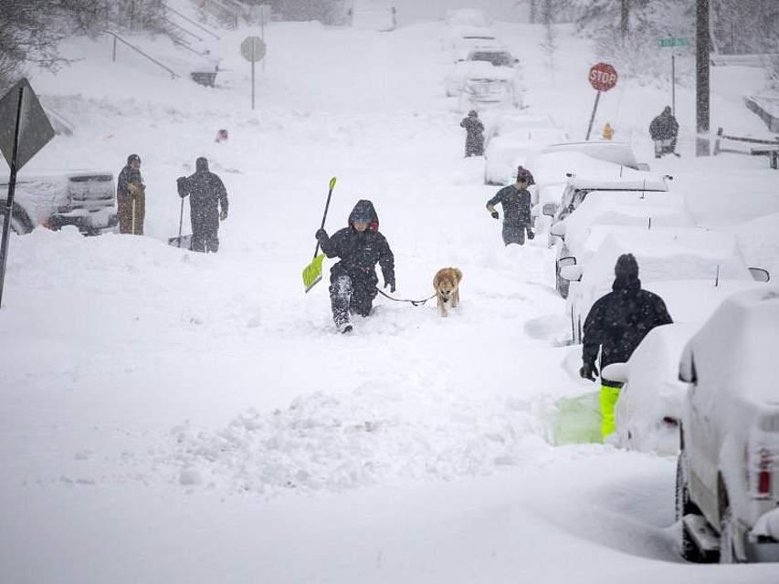 Anwohner kämpfen sich durch den Schnee in der Stadt Duluth im Bundesstaat Minnesota. In verschiedenen Landesteilen der USA kommt es zur Zeit zu unerwartet hohen Schneefällen. Foto: Alex Kormann/Star Tribune/AP/dpa