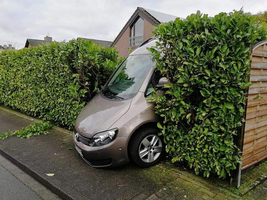 Beim Zurücksetzen aus der Einfahrt hat eine ältere Frau die Kontrolle über das Fahrzeug verloren und landete in der Hecke des Nachbarn. Foto: ---/Feuerwehr Ahlen /dpa