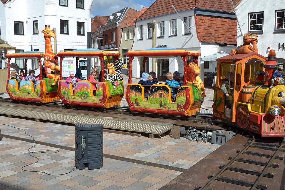 Kindernachmittag: Rundreise mit der Eisenbahn auf dem Rathausplatz.
