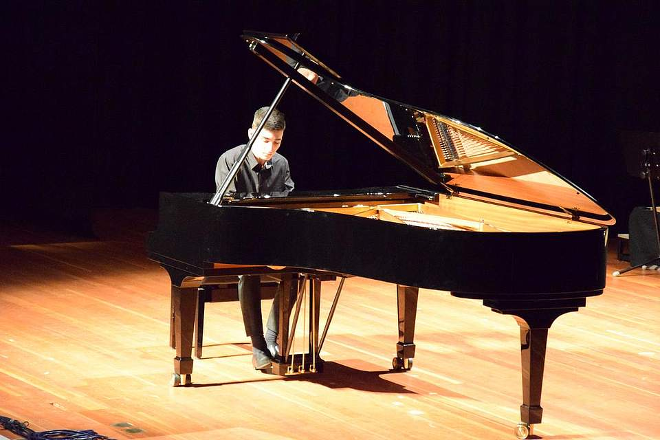 Leo Simonjan am Klavier.