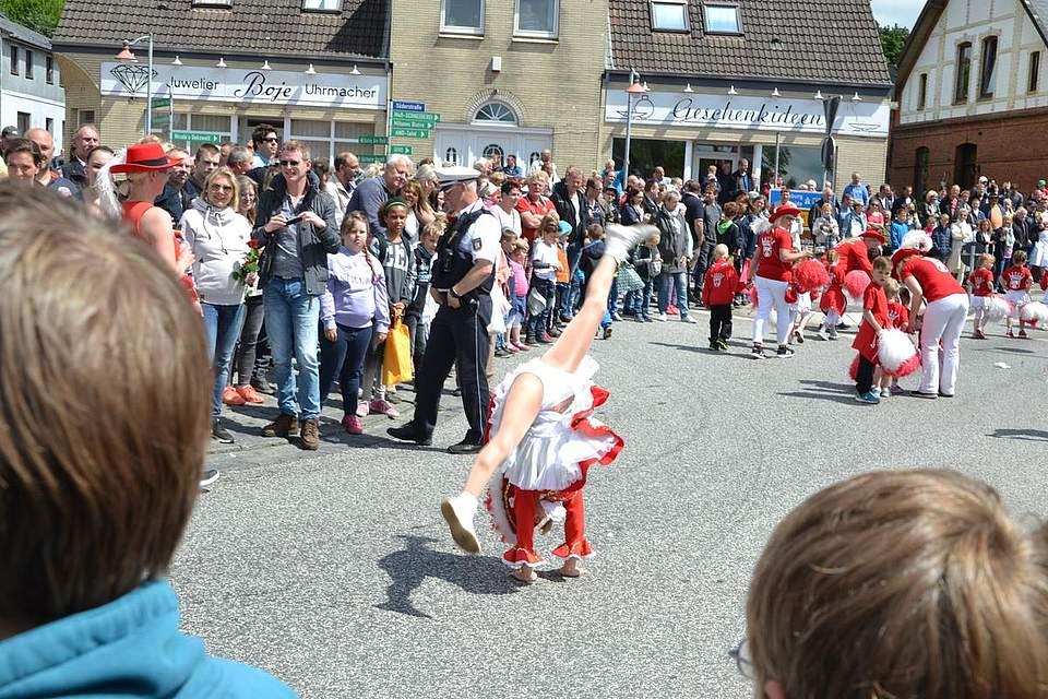 Tänzerin aus Marne mit akrobatischen Einlagen.