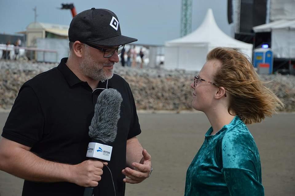 Boyens-Medien-Redakteur Michael Behrendt im Gespräch mit Lioba, der Sängerin der gleichnamigen Vorband.