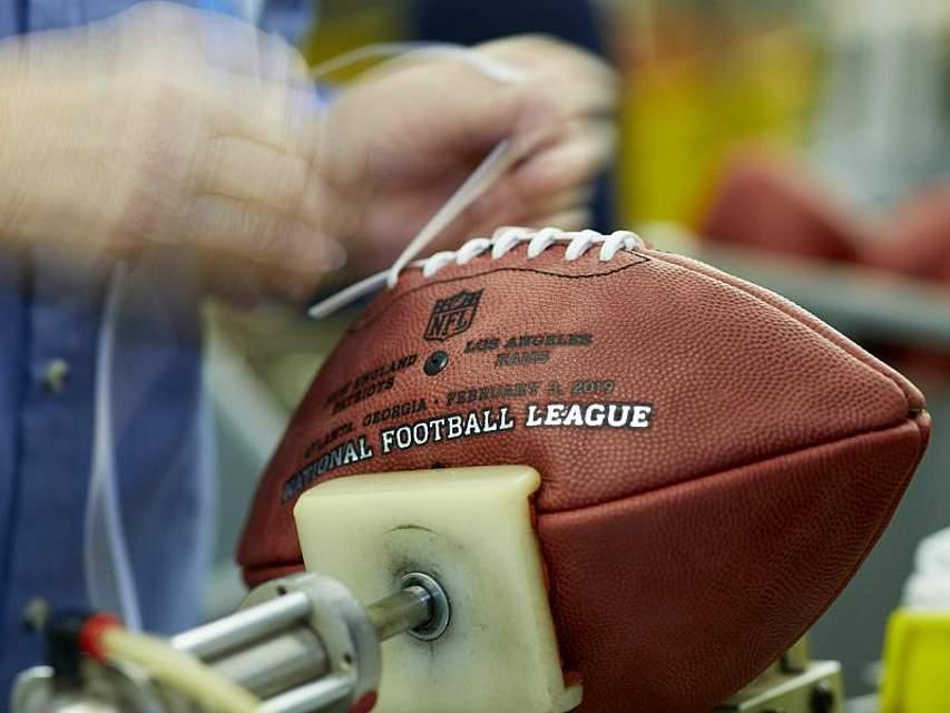 Donna Conley schnürt einen offiziellen Spielball für den 53. NFL Super Bowl. Die Los Angeles Rams werden am 3. Februar in Atlanta gegen die New England Patriots antreten. Foto: Rick Osentoski/AP