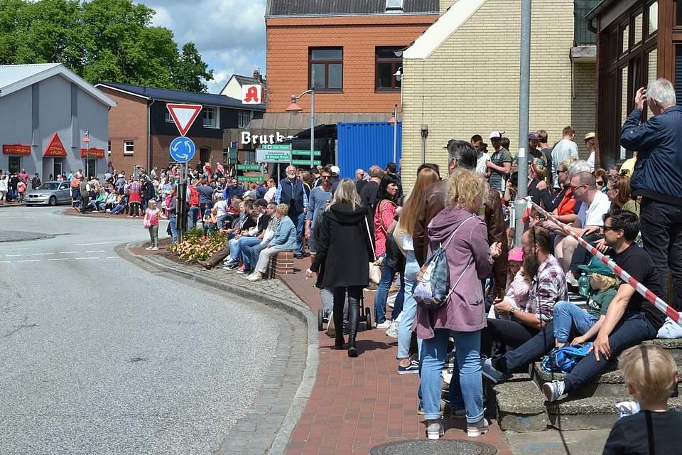 Tausende Menschen säumen die Straßen und warten auf den Festumzug.