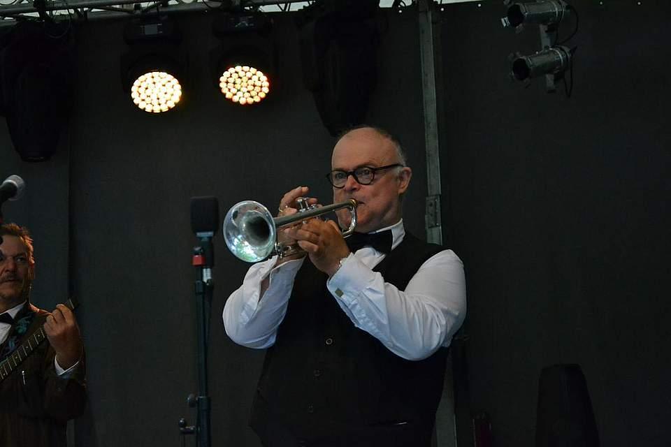 Michael Weiss spielt Trompete bei den Delvtown Jazzmen.