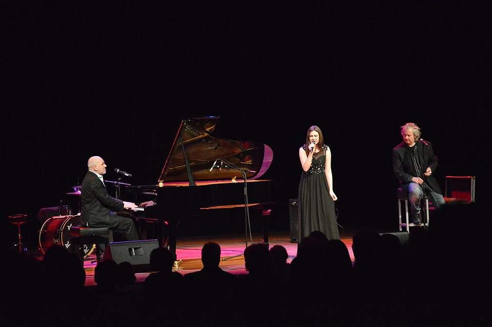 Das erste Lied absolvierte das Kieler Duo Georg Schroeter und Marc Breitfelder gemeinsam mit der Brunsbütteler Gesangsschülerin Svea Adolph.