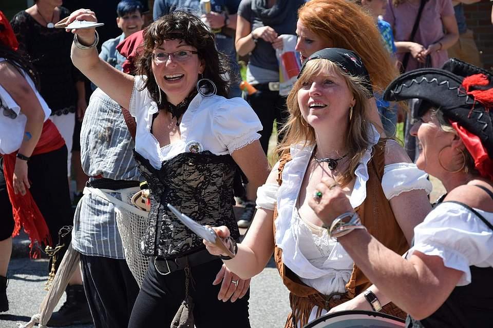 Zum Angriff: Die Piraten der Zumba Queens blasen zum Sturm. Sie holten den zweiten Platz beim Umzug. Foto: Büsing
