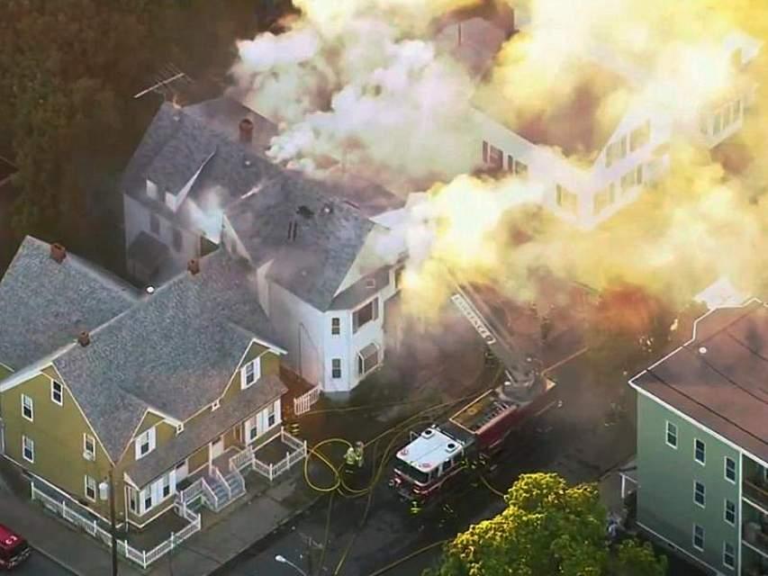 In der Nähe von Boston (USA) sind nach Problemen mit der Gasversorgung Dutzende Häuser in Brand geraten. Zehntausende mussten ihre Wohnungen verlassen. Das Videostandbild zeigt einen Löscheinsatz der Feuerwehr. Foto: WCVB/AP