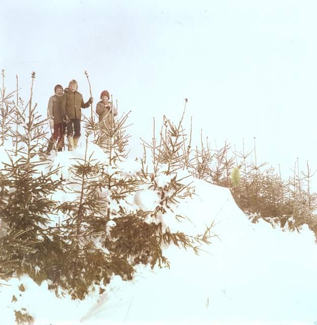 Kinder genießen die Schneemassen. Das Foto stammt von Karla Block aus Hennstedt.