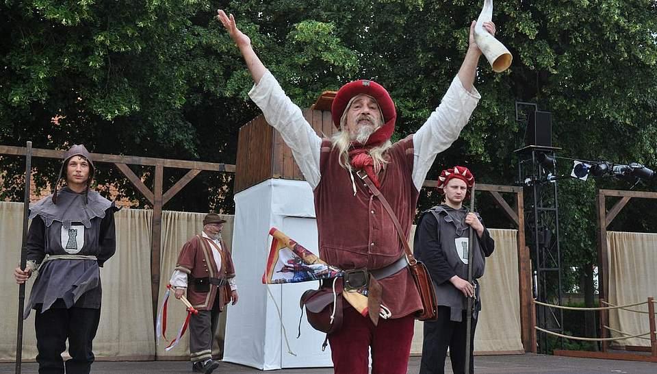 Johannes Faget (Mitte) kündigt die städtischen Honoratioren an. Foto: Höfer