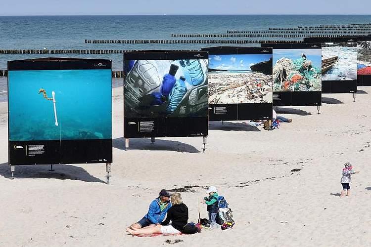Am Ostseestrand von Zingst zeigen großformatige Fotografien die Vermüllung der Weltmeere. Die Ausstellung ist Teil des Umweltfotofestivals «Horizonte Zingst». Foto: Bernd Wüstneck
