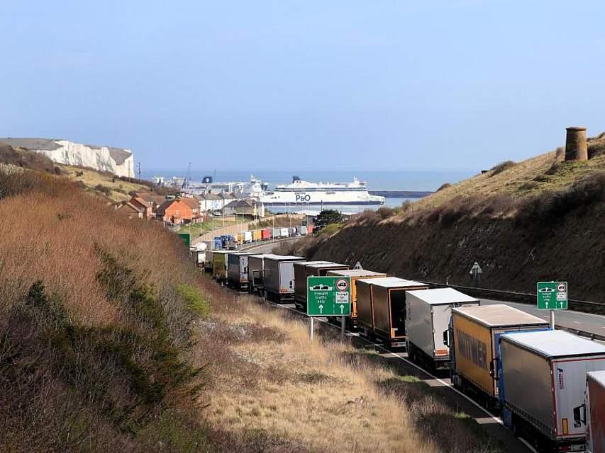 Kommt der Brexit, kommt's dicke: Schon jetzt reiht sich ein LKW nach dem anderen auf der Autobahn A20 in die Schlange ein, um im Hafen von Dover auf die Fähre zu fahren. Foto: Gareth Fuller/PA Wire