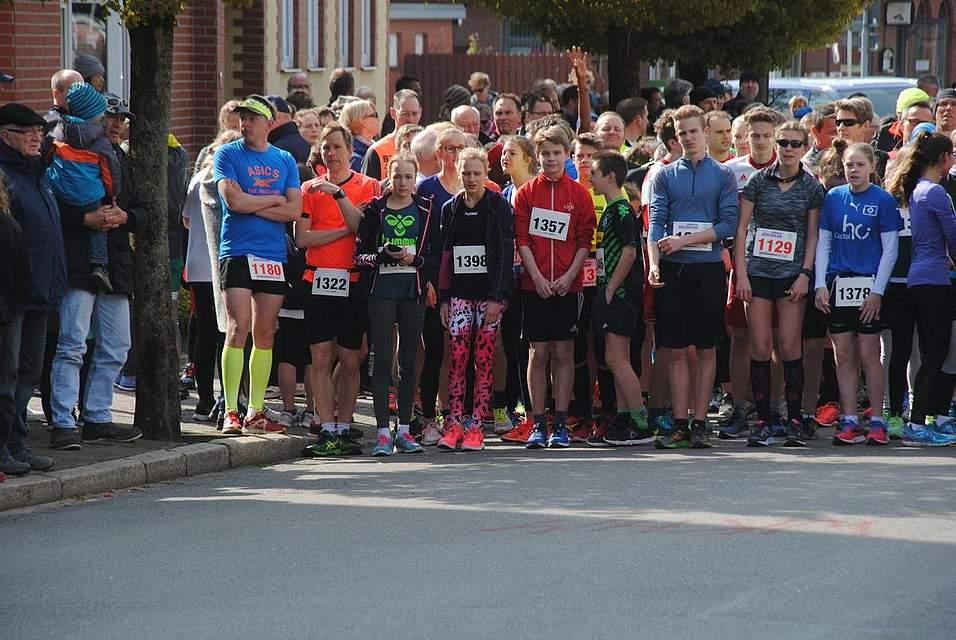 Gleich geht es los: Insgesamt 687 Läufer hatten sich zum 8. Brückenlauf angemeldet.