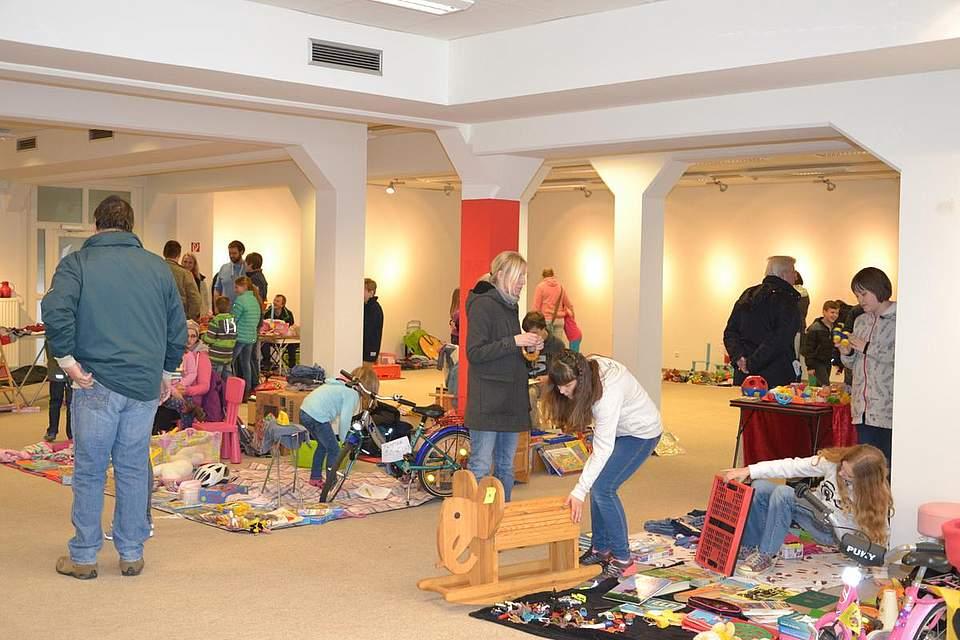 Flohmarkt der Grundschule: Kinder verkaufen Sachen, die sie nicht mehr brauchen.