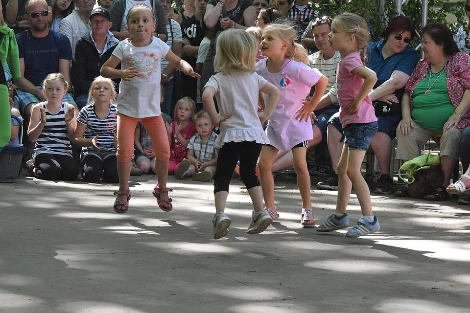 Die Drei- bis Sechsjährigen der mobilen Tanzschule während ihrer Aufführung. Foto: Büsing