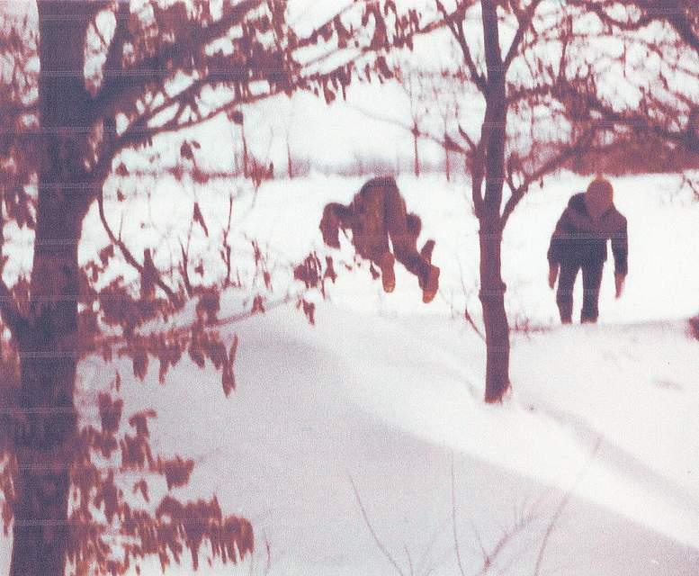 """Das Foto von Bärbel Hermannsen aus Schülp zeigt sie und ihren Bruder: """"Da sind wir damals spazieren gegangen von Hennstedt Richtung Hägen. Da hatten wir viel Spaß mit den Eltern."""""""