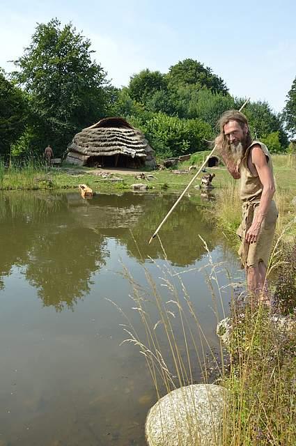 Auch mit dem Speer stellen die Wissenschaftler den Fischen nach.