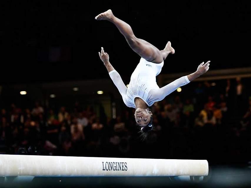 Ist es noch turnen?Die US-Amerikanerin Simone Biles schlägt einen Salto bei den Weltmeisterschaften in Stuttgart. Foto: Tom Weller/dpa