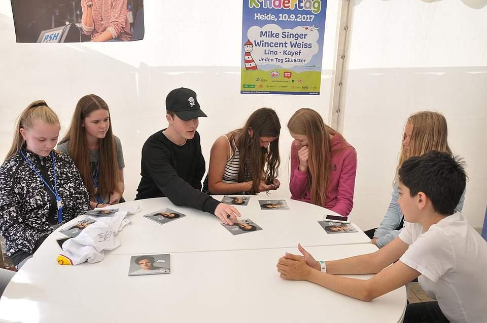 Popstar Mike Singer (17) mit seinen Fans (von links) Larissa (13) und Isabel (15) Lüding aus Schmalfelde, Sona Junge (13) aus Albersdorf, Iris Cenzolo (14) aus Weddingstedt) und Svenja-Sohpie Jessen (11) aus Tönning. Foto: Voß