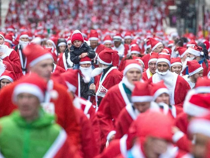 """In Glasgow nehmen Tausende am """"Santa Dashs"""" teil und laufen verkleidet für einen guten Zweck. Foto: Jane Barlow/PA Wire/dpa"""